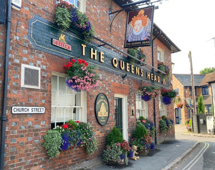 Photo showing the front of the Queen's Head pub